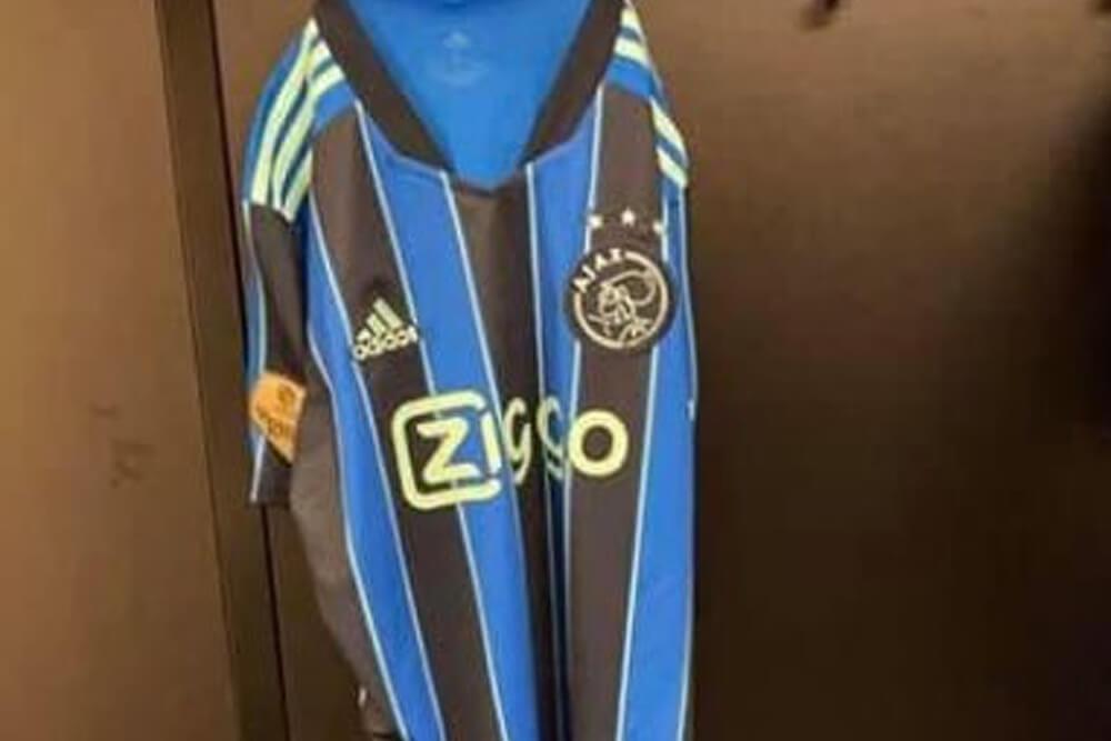 Ajax komend seizoen in blauw gestreept uittenue; image source: Instagram Brian Brobbey