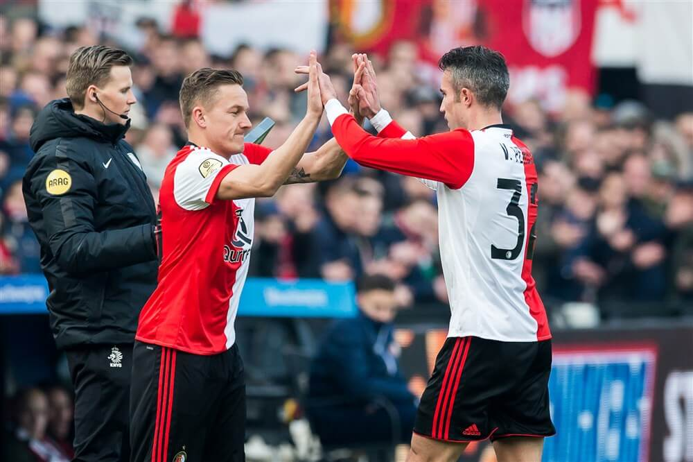 Van Persie steekt loftrompet over Jens Toornstra; image source: Pro Shots