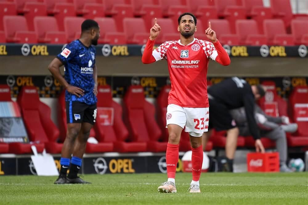 """PSV aast op Oostenrijkse verdediger Phillip Mwene; image source: Pro Shots"