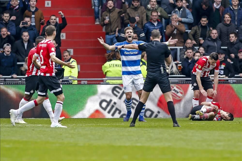 """Johan Derksen: """"PSV wint die wedstrijd weer door die klootzak""""; image source: Pro Shots"""