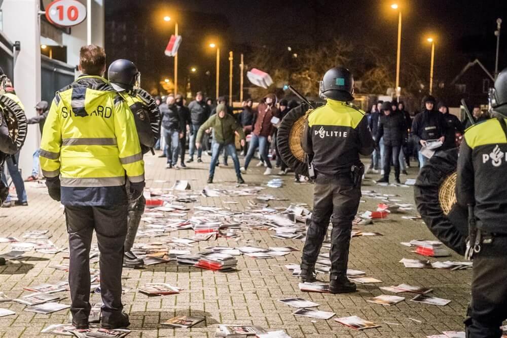 Hoofdingang Philips Stadion bestormd na wedstrijd tegen FC Twente; image source: Pro Shots